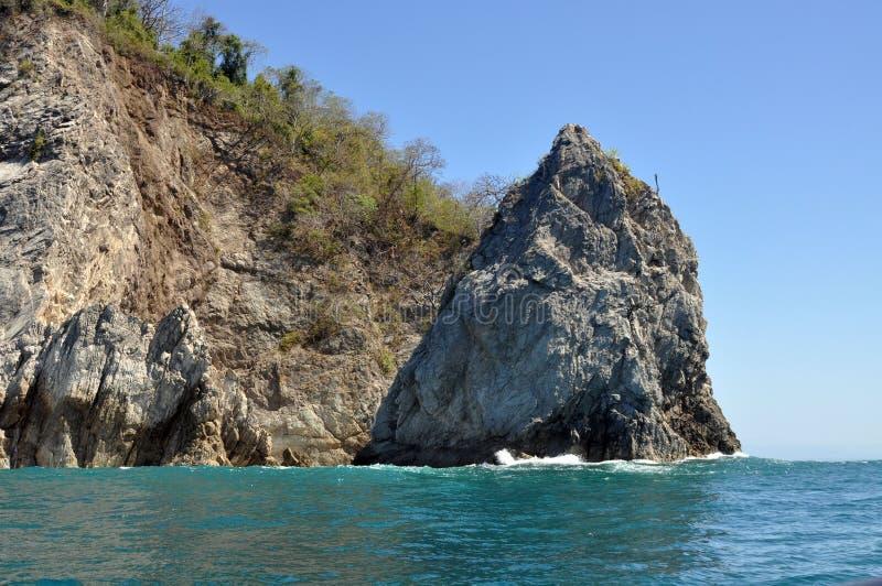 Cliff Rising vom Ozean lizenzfreies stockbild