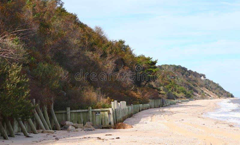 Cliff Supersee Deserted Beach em Fall imagens de stock