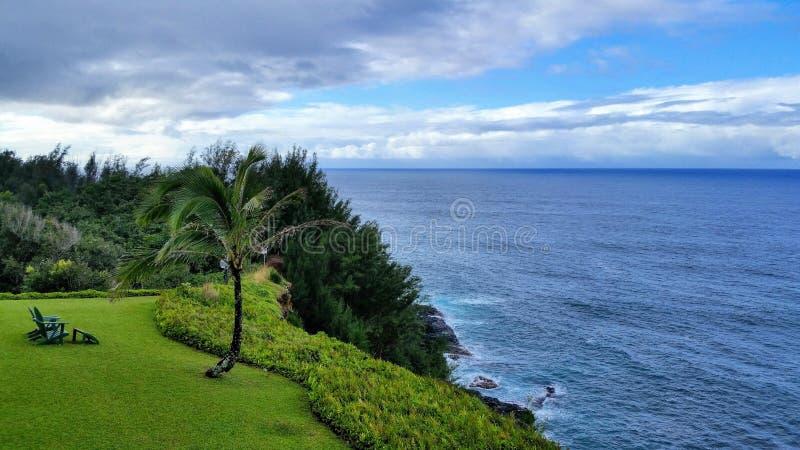 Cliff Top Ocean View med Adirondack-stol på Kauai, Hawaii fotografering för bildbyråer