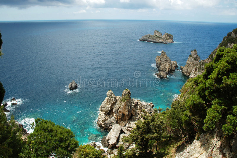 cliffside海岸线希腊海岛视图 免版税库存照片