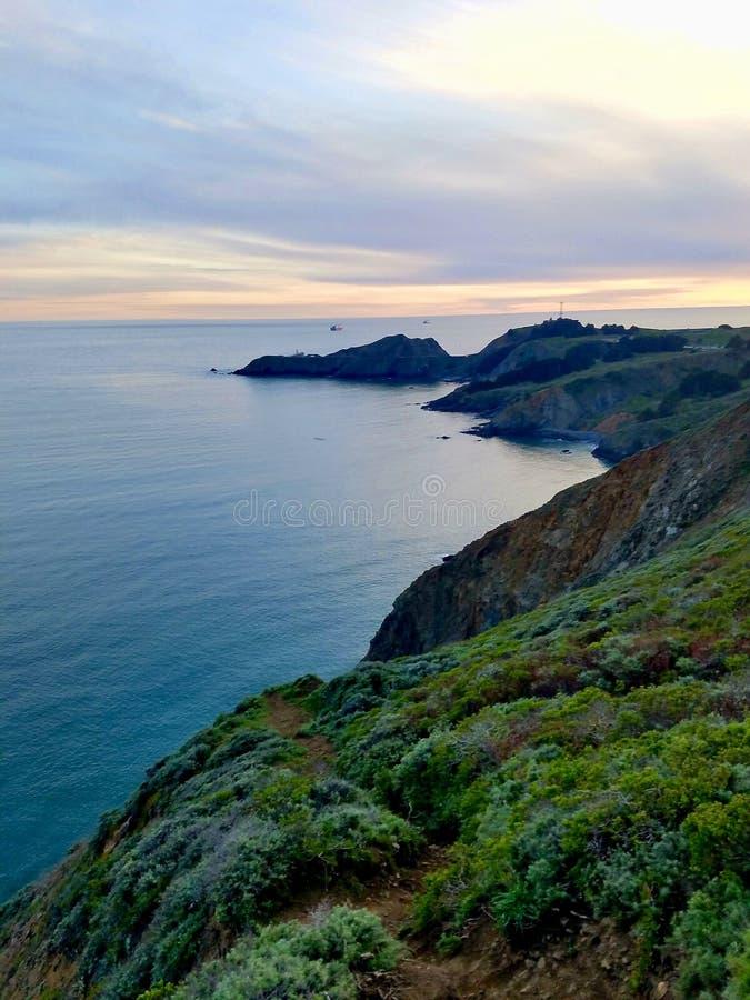 Cliffside-Ansicht des Ozeans, wie von Marin Headlands gesehen stockbilder