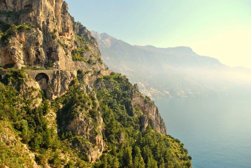 Cliffside väg i den Amalfi kusten royaltyfri fotografi