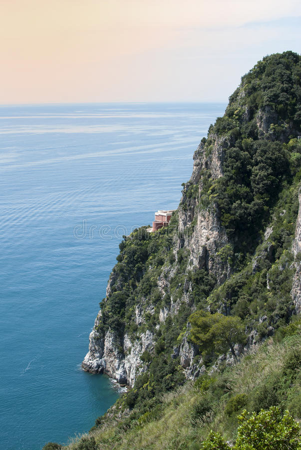 Clifftop俯视的房子 免版税库存图片