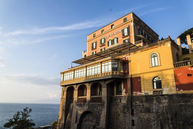 Clifftop被日光照射了盛大旅馆,索伦托,意大利 免版税库存照片