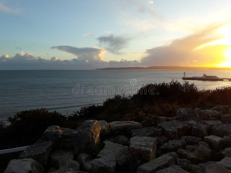 Clifftop-Ansicht des Sonnenuntergangs über Bournemouth-Küste und Pier, Dorset, Großbritannien lizenzfreie stockfotos