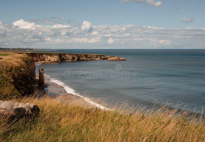 Clifftop Küstenlinie bei Marsden, Südschilder. stockfotos