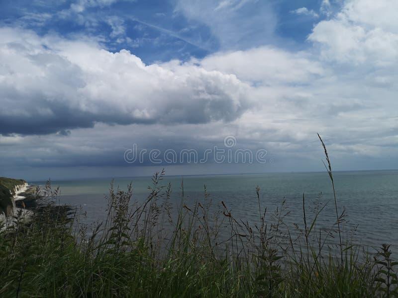 Clifftop-veiw von Meer stockfotos