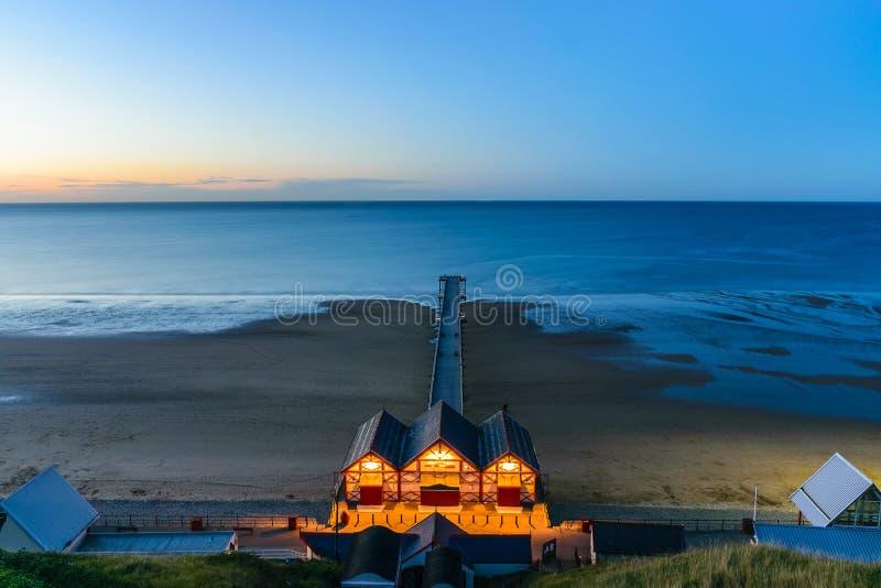 Clifftop widok molo przy mrocznym czasem Saltburn morzem zdjęcie royalty free