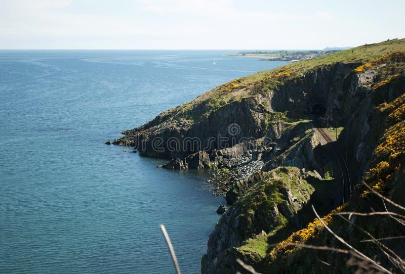 Cliffwalking entre le braillement et le Greystones, Irlande images stock
