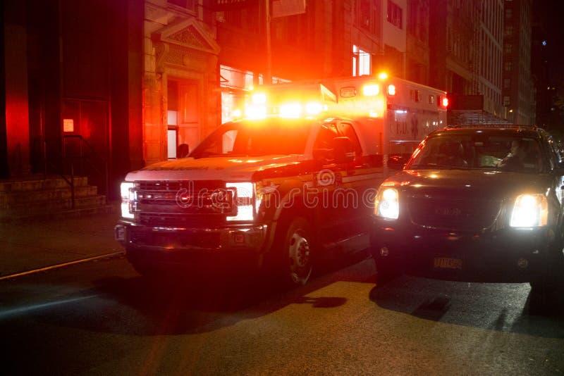 Clignotant de lumières rouges de New York City d'ambulance photos stock