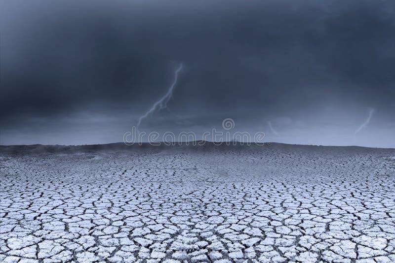 Clima de tempestade do fundo e terra seca ilustração stock