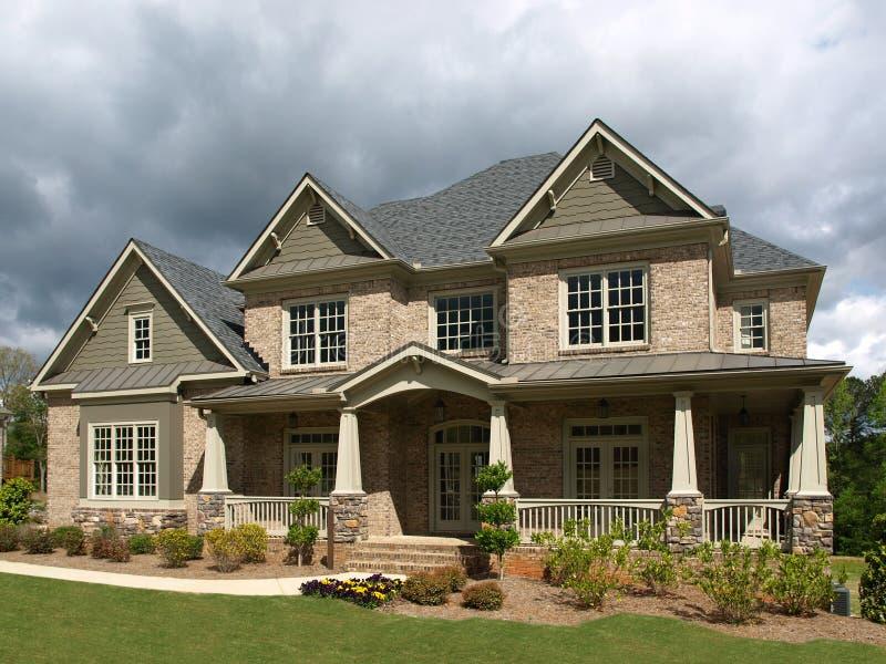 Clima tempestuoso de lujo del exterior del hogar modelo fotos de archivo