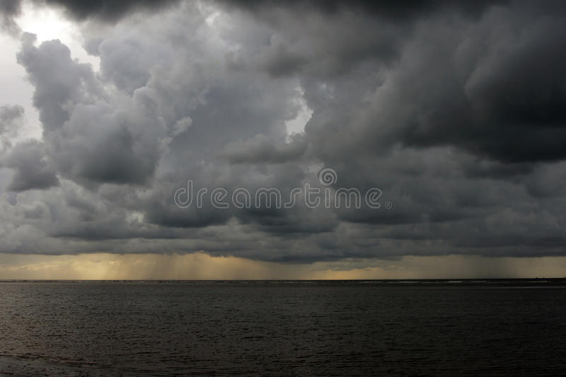 Clima tempestuoso en la playa fotos de archivo