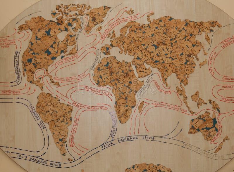 Clima y corrientes en el mapa viejo de Europa, de Asia, de África y de Australia mapa de las corrientes del mundo en un árbol fotos de archivo libres de regalías