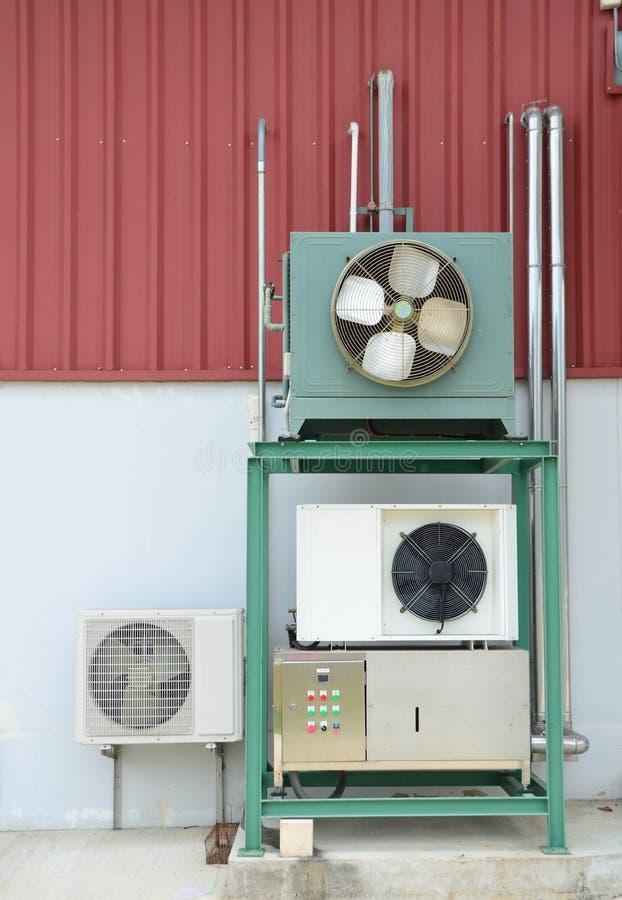 Climatisation ou compresseurs plus frais pour industriel avec le boîtier de commande principal photographie stock libre de droits
