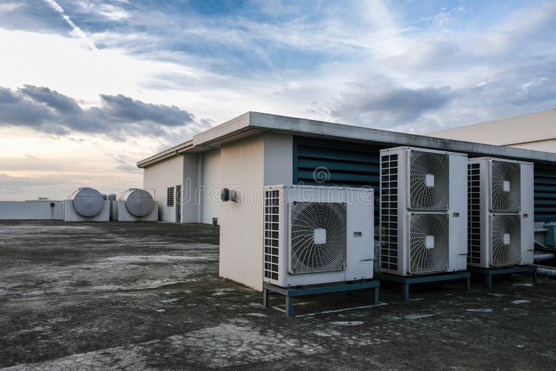 Climatisation sur un dessus de toit photo libre de droits