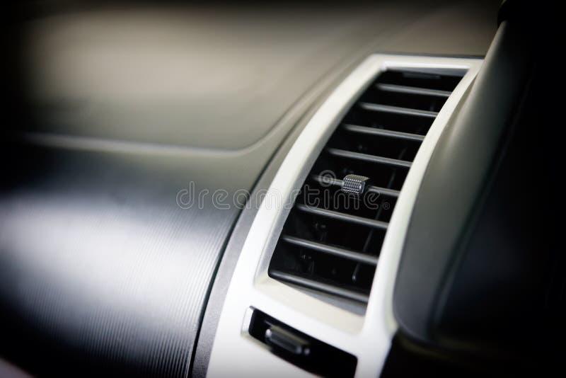 Climatiseur de voiture pour le contrôle de température entre le voyage Intérieur moderne de voiture avec le système automatique d image stock