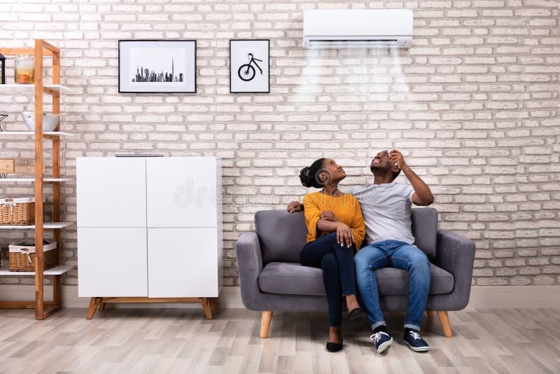 Climatiseur fonctionnant de couples ? la maison photographie stock libre de droits