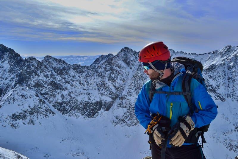 Climber si trova sulla cima dello Stit di Koprovsky immagini stock
