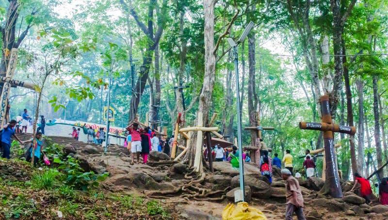 climping到达的人malayattor小山对StThomas Syro马拉巴教会Malayattoor 免版税图库摄影