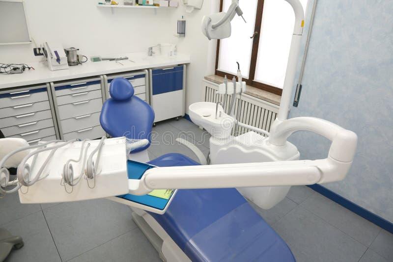 Clinica dentaria moderna con la sedia senza gente immagini stock