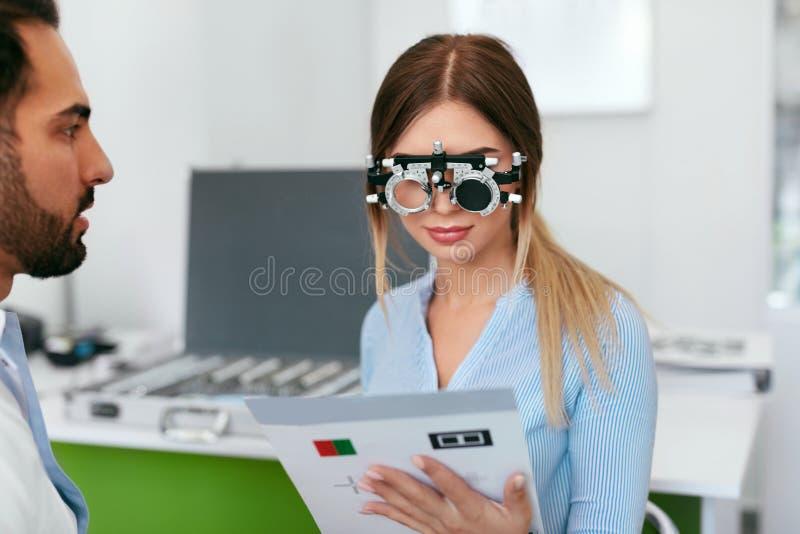 Clinica di oftalmologia Oculista Testing Woman Eyesight immagini stock