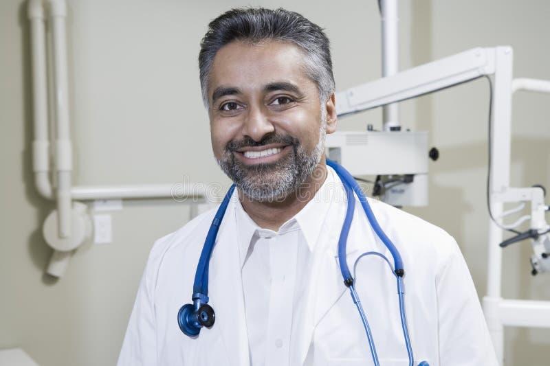 Clinica di With Stethoscope In del dentista fotografie stock