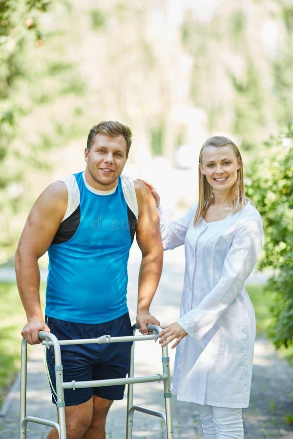 Clinicien avec l'homme handicapé photo stock