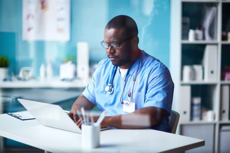 Clinicien travaillant dans l'hôpital photo stock