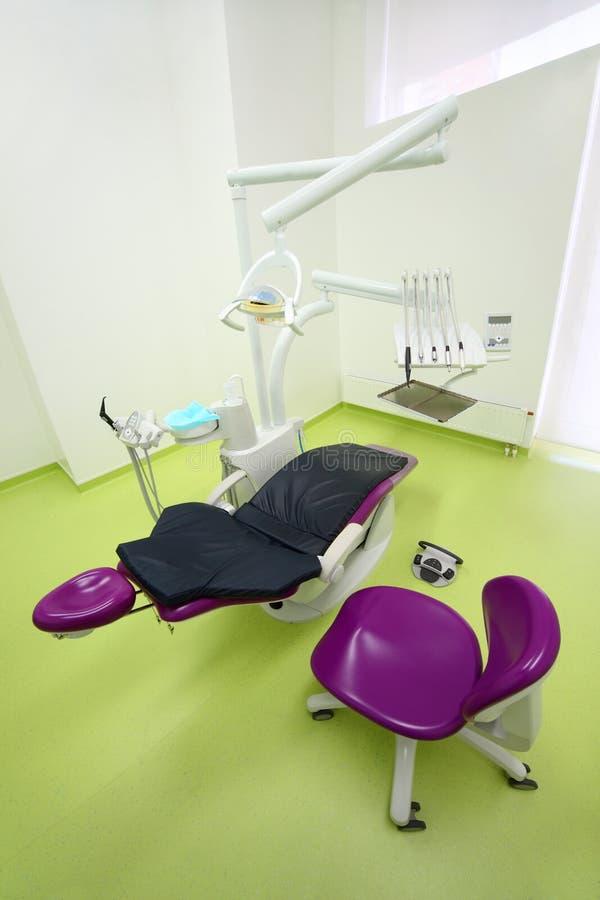 Clinique dentaire vide. Présidence et foret pour le dentiste photographie stock