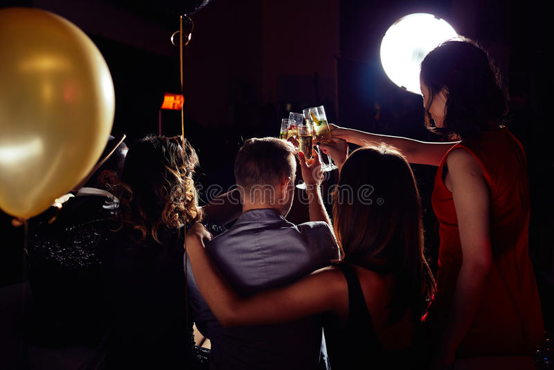 Clinking каннелюры Шампани совместно стоковое фото rf