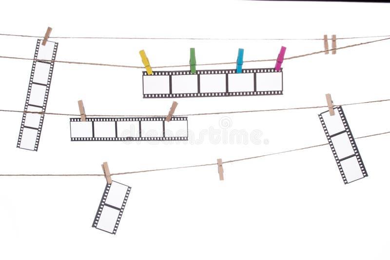 Clip colorido en una guita, negativas fotográficas colgantes fotos de archivo libres de regalías