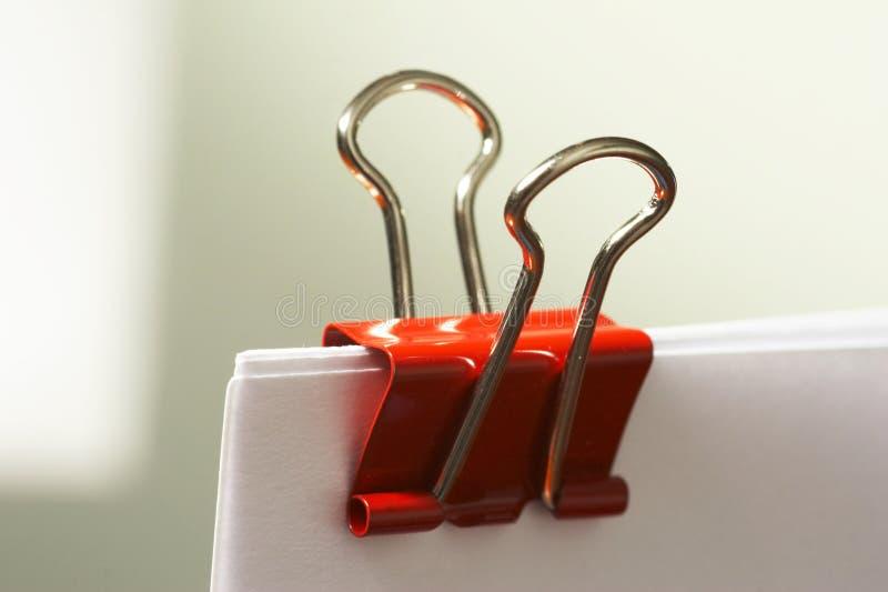 Clip de papel en rojo imagen de archivo libre de regalías