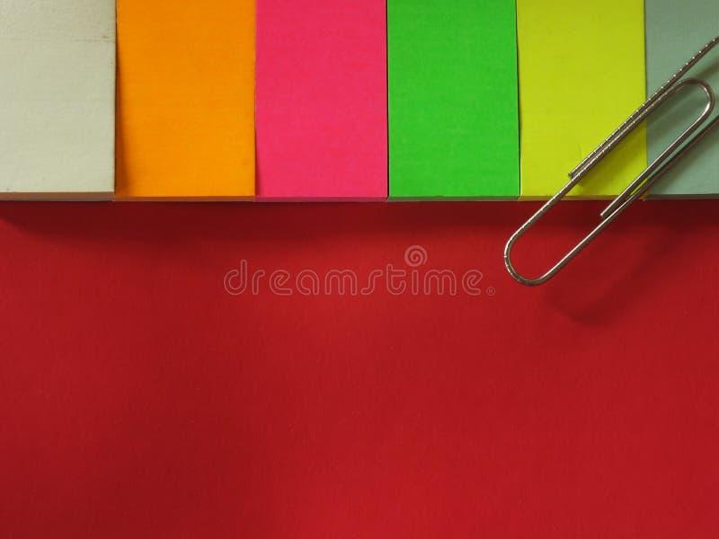 Clip del aper de P y colorfull en blanco de la posición foto de archivo