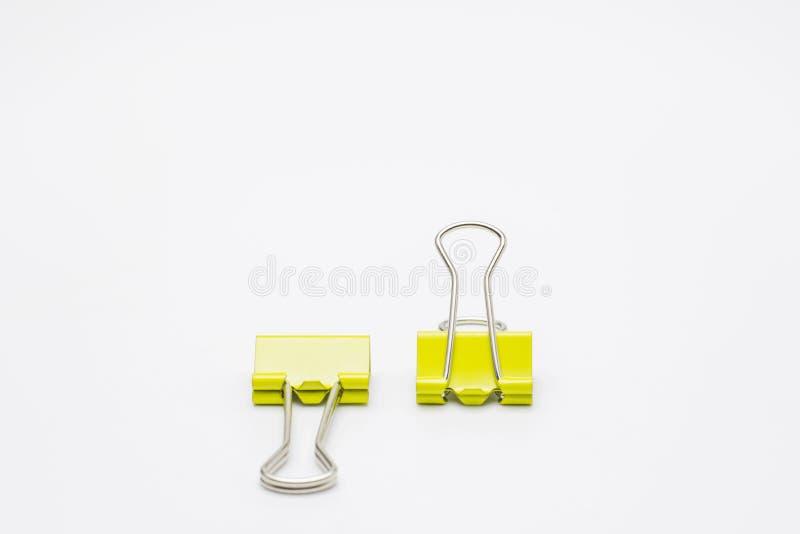 Clip di carta gialle isolate su priorità bassa bianca immagini stock