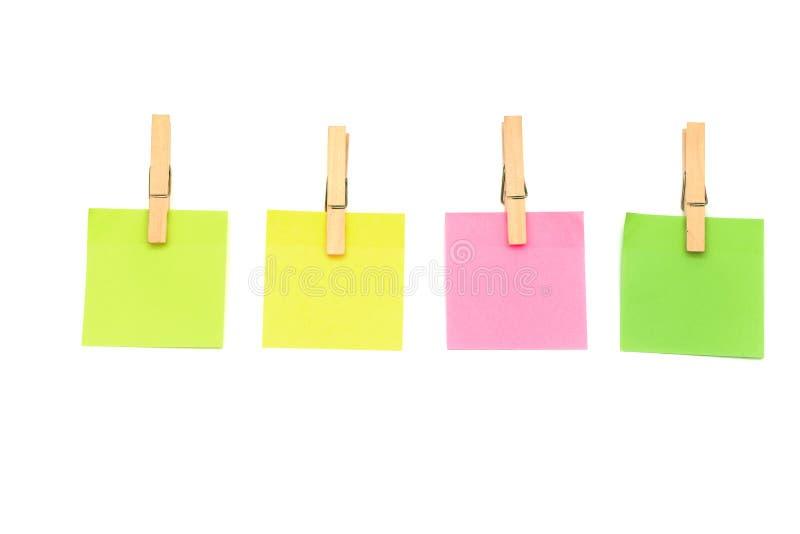 Clip di legno, isolato appiccicoso delle note della molletta da bucato sui concetti bianchi del fondo fotografia stock libera da diritti