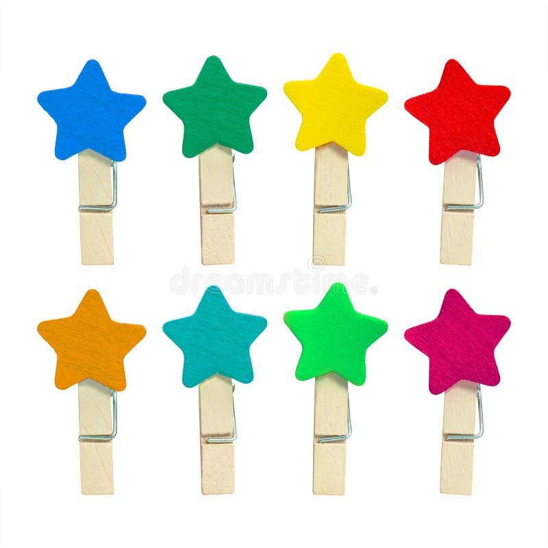 Clip di legno variopinta isolata su fondo bianco Clip di colori nella forma della stella Percorso di ritaglio immagini stock libere da diritti
