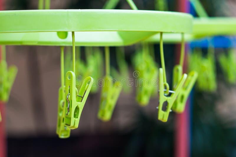 Clip plástico en suspensiones fotos de archivo