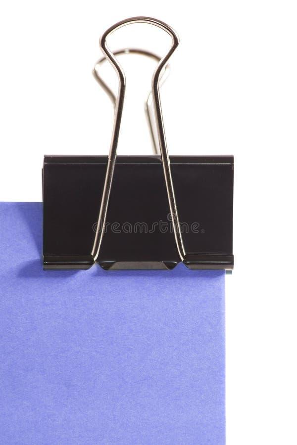Clip y nota de post-it púrpura sobre el fondo blanco fotos de archivo