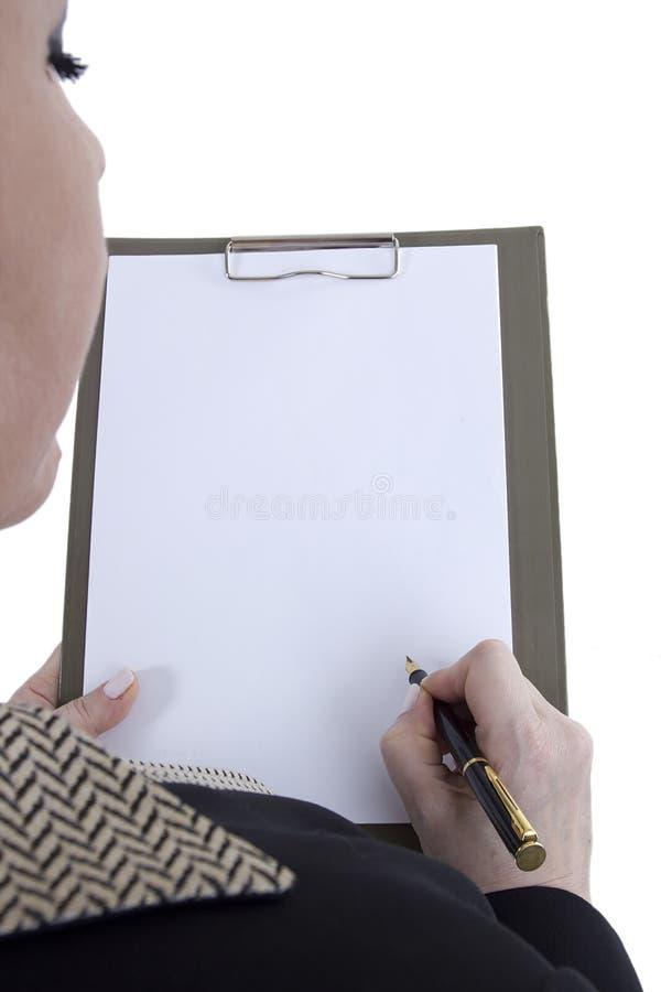 clipboard вручает бумажный лист стоковое изображение rf