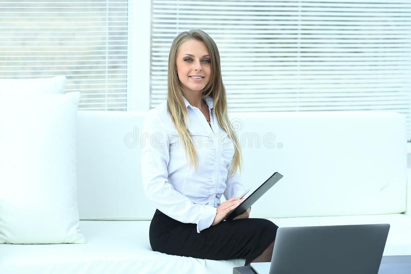 Clipbord de sourire des employés se reposant dans un bureau moderne photographie stock