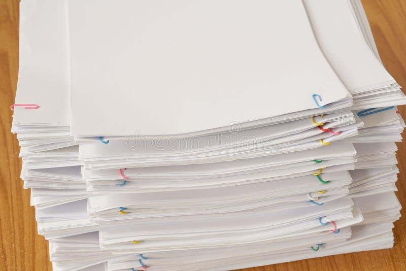 Clipe de papel colorido com a pilha do original e dos relatórios da sobrecarga imagens de stock royalty free