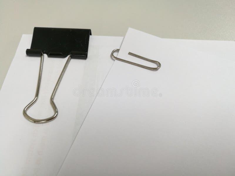 Clipe de papel no fundo de papel papel do bloco fotografia de stock