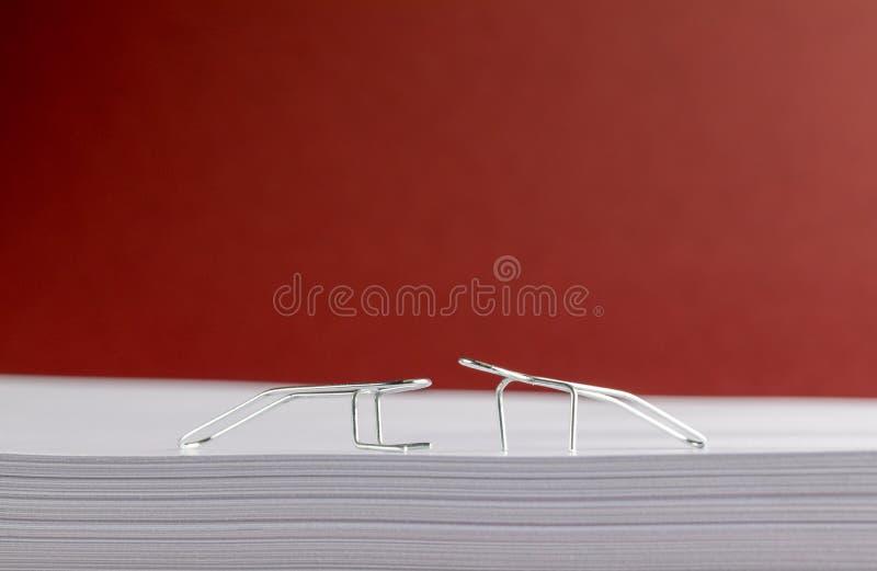 Clipes de papel que simulam exerc?cios do Gym no Livro Branco fotos de stock
