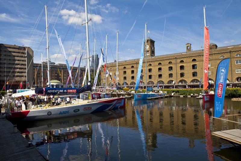 Clippers amarraron en St Katherine Dock en Londres fotografía de archivo