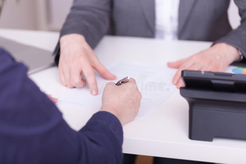 clippingkantjustering hur mitt kontorsbanaförslag till två kvinnor Begrepp för underteckning av ett avtal arkivbild