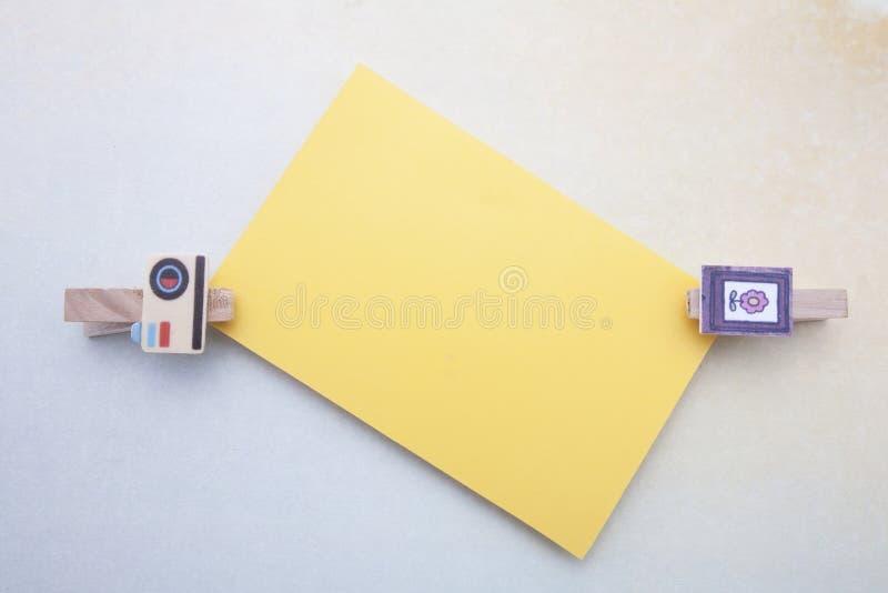 Clips de madera y nota pegajosa fotografía de archivo libre de regalías