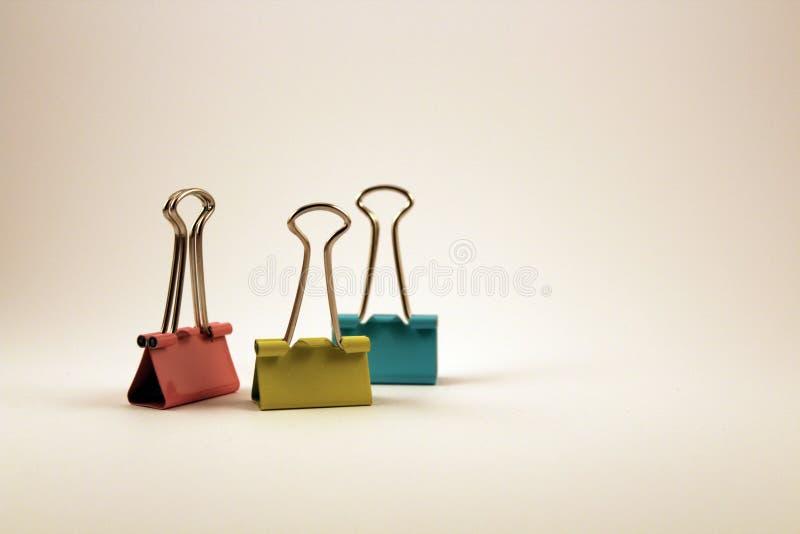 clips de papel multicolores en el fondo blanco foto de archivo libre de regalías