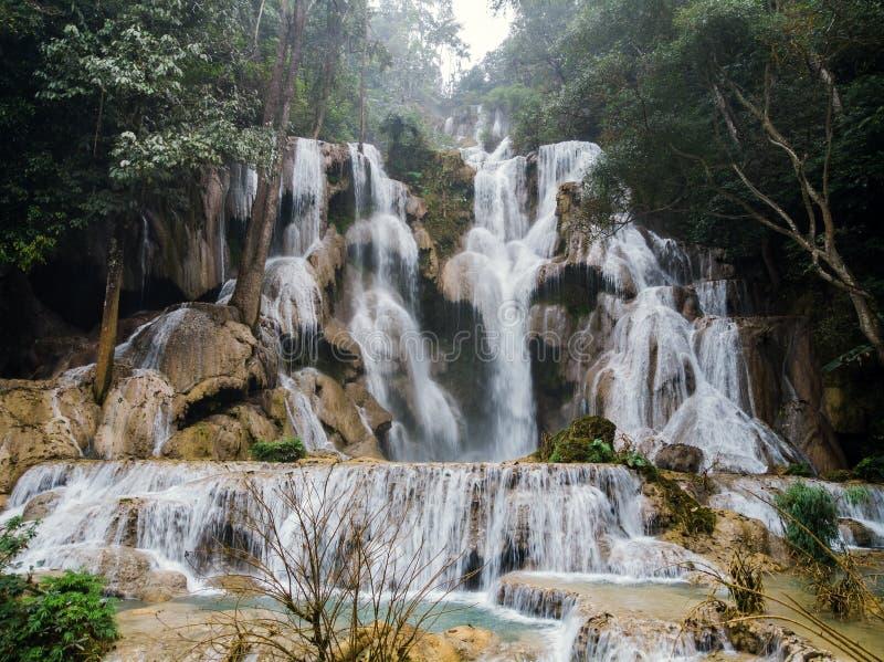 Cliquetez le paysage avec de l'eau stupéfiant turquoise de cascade de cascade de Kuang Si à la forêt tropicale tropicale profonde photographie stock libre de droits