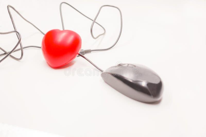 Cliquez sur dessus la souris d'ordinateur pour vérifier, ouvrir, découvrir ou ouvrir ce qui est à l'intérieur du coeur Contrôle d photos libres de droits